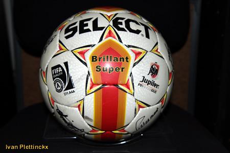 Ondertekende wedstrijdbal KV Mechelen seizoen 2010-2011