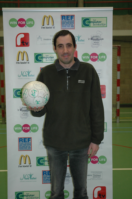 Ondertekende wedstrijdbal + aftrap Salaam Mechelen - Futsal Gent