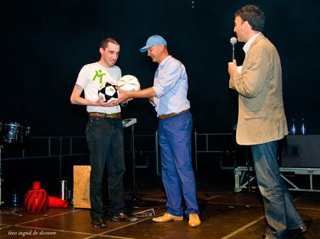Overhandiging wedstrijdbal + promobal tijdens Seaday Oostende